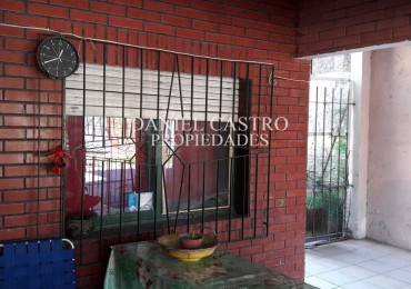 Casa con dpto, a la VENTA , en Isidro Casanova.